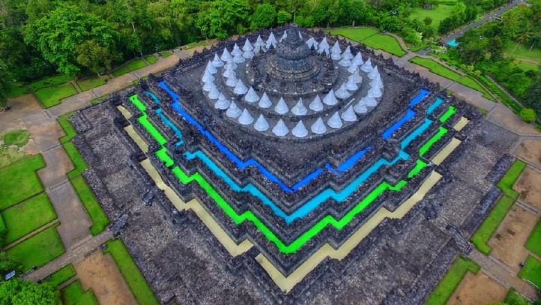 Candi Borobudur terlihat berwarna-warni.