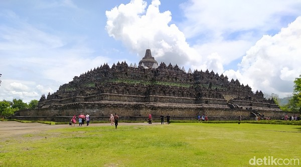 Candi Borobudur terdiri atas enam teras berbentuk bujur sangkar yang di atasnya terdapat tiga pelataran melingkar, pada dindingnya dihiasi dengan 2.672 panel relief dan aslinya terdapat 504 arca Buddha. (Eko Susanto)