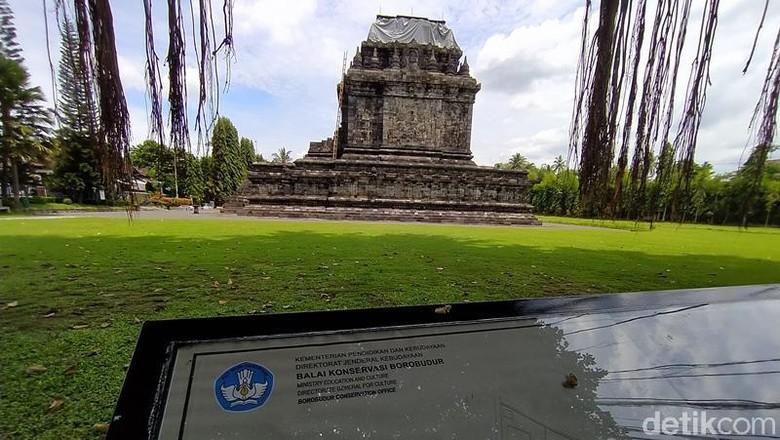 Candi Mendut di Magelang ditutup terpauline untuk antisipasi erupsi Merapi.