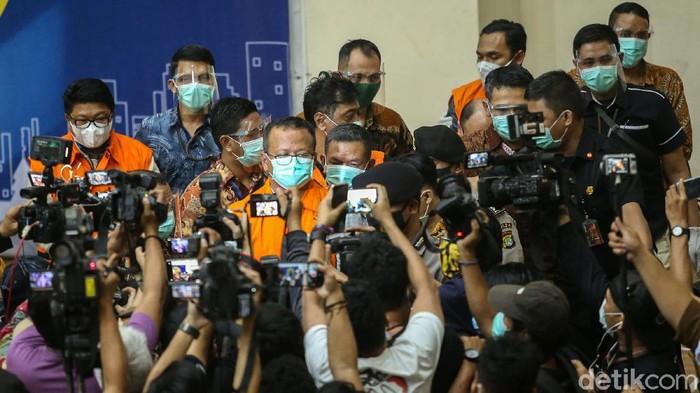 Edhy Prabowo ditetapkan sebagai tersangka penerima suap terkait dengan urusan ekspor benih lobster. Menteri Kelautan dan Perikanan itu pun ditahan KPK.