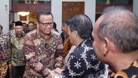 Foto: Gaya Edhy Prabowo Pakai Batik Ikan Sebelum Ditangkap KPK