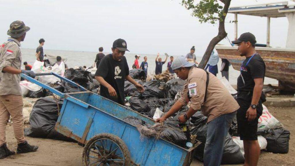 Hampir Setiap Hari, Sanen dan Relawan Lainnya Memilah Sampah Medis di Jakarta