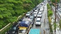 Genangan Air Usai Hujan Deras, Lalin di Mayjen Sungkono Dua Arah Tersendat