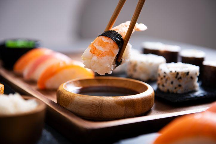 Viral Netizen Makan Sushi Pakai Nasi, Ini Cara yang Benar!