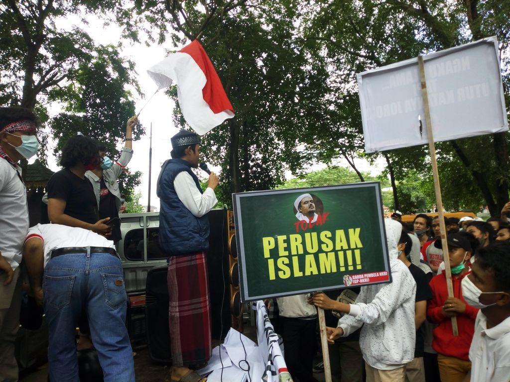 Massa demo menolak kedatangan Habib Rizieq di Medan (Datuk Haris-detikcom)