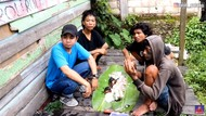 YouTuber Ini Ajak Anak-anak Punk Mukbang Ayam Bakar