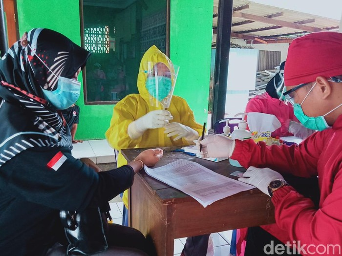 Pengawas TPS di Kecamatan Ceper, Klaten ikut rapid test, Kamis (26/11/2020).