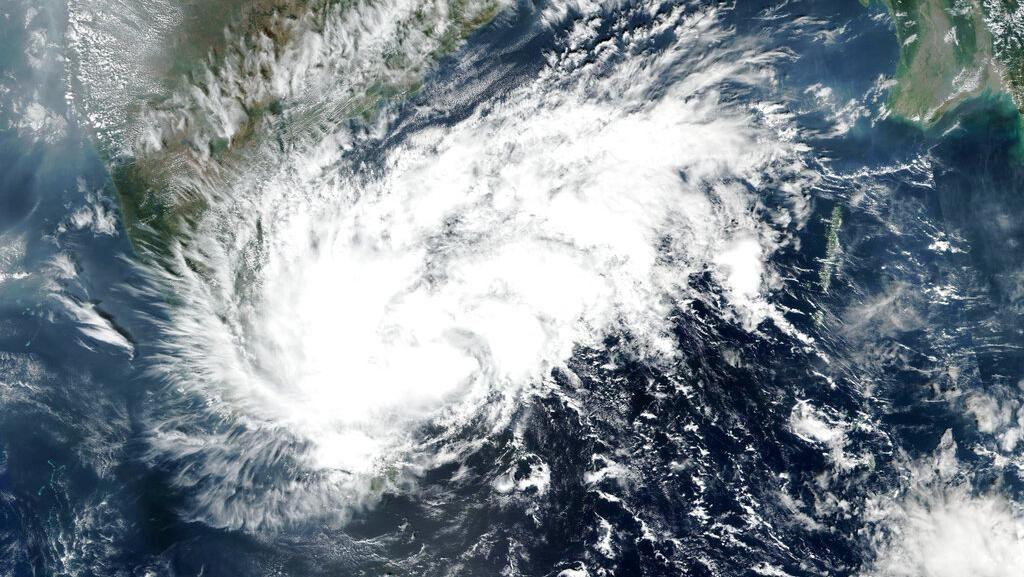 India Diterjang Topan Nivar, Ratusan Ribu Warga Dievakuasi