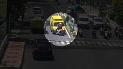 Video Detik-detik Ambulans Lawan Arus-Tabrak Polisi di Banyuwangi