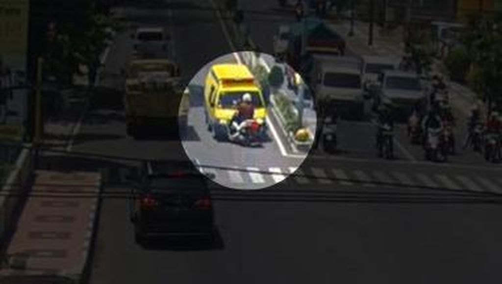 Lawan Arus Berujung Ambulans Tabrak Polisi di Banyuwangi