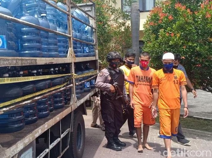 Polisi Magetan menggagalkan pengedaran air mineral palsu. Ratusan galon air mineral bermerek itu diisi dengan air isi ulang oleh pelaku.