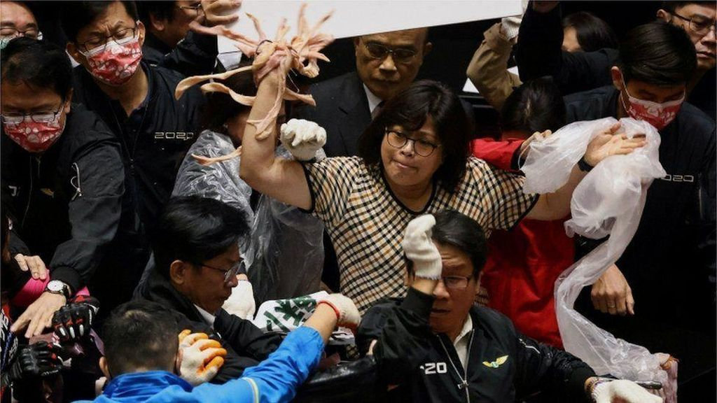 Panas! Anggota DPR Taiwan Lempar Usus dan Jeroan Babi Saat Rapat