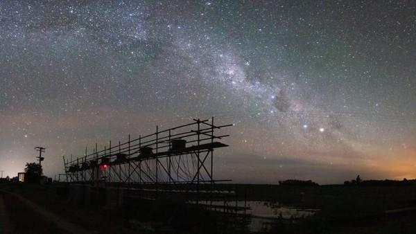 Panorama kombinasi long exposure untuk mengambil momen milky way. Ini karyaJames Orr.