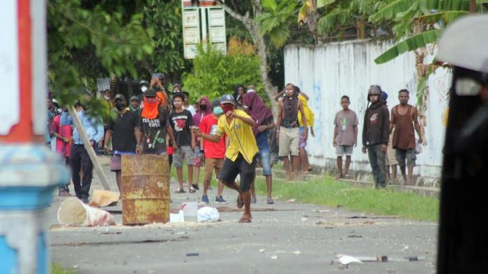 Anggota polisi yang terluka dievakuasi unjuk rasa di Kota Sorong, Papua Barat, Jumat (27/11/2020). Demonstrasi yang belum diketahui maksud dan tujuannnya tersebut dibubarkan kepolisian karena menyebabkan keramaian di tengah pandemi COVID-19 dan berlangsung ricuh sehingga mengakibatkan empat orang anggota polisi dan satu orang jurnalis terluka. ANTARA FOTO/Olha Mulalinda/aww.