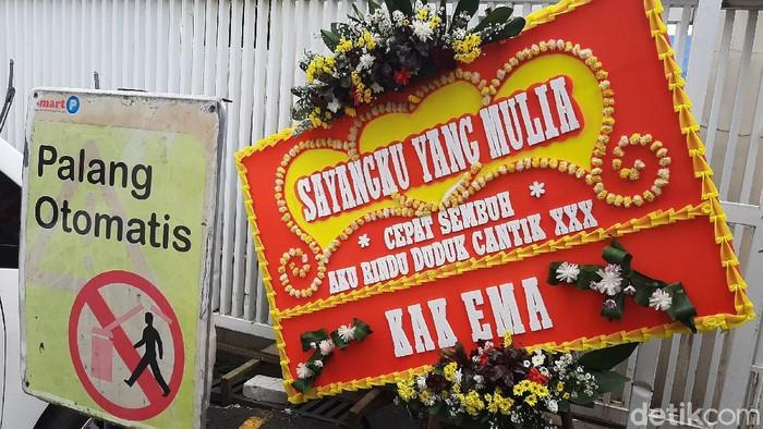 Habib Rizieq Syihab sedang menjalani perawatan di RS UMMI, Kota Bogor, Jawa Barat, Jumat (27/11/2020). Sejumlah karangan bunga bertuliskan lekas sembuh berjejer di depan rumah sakit.