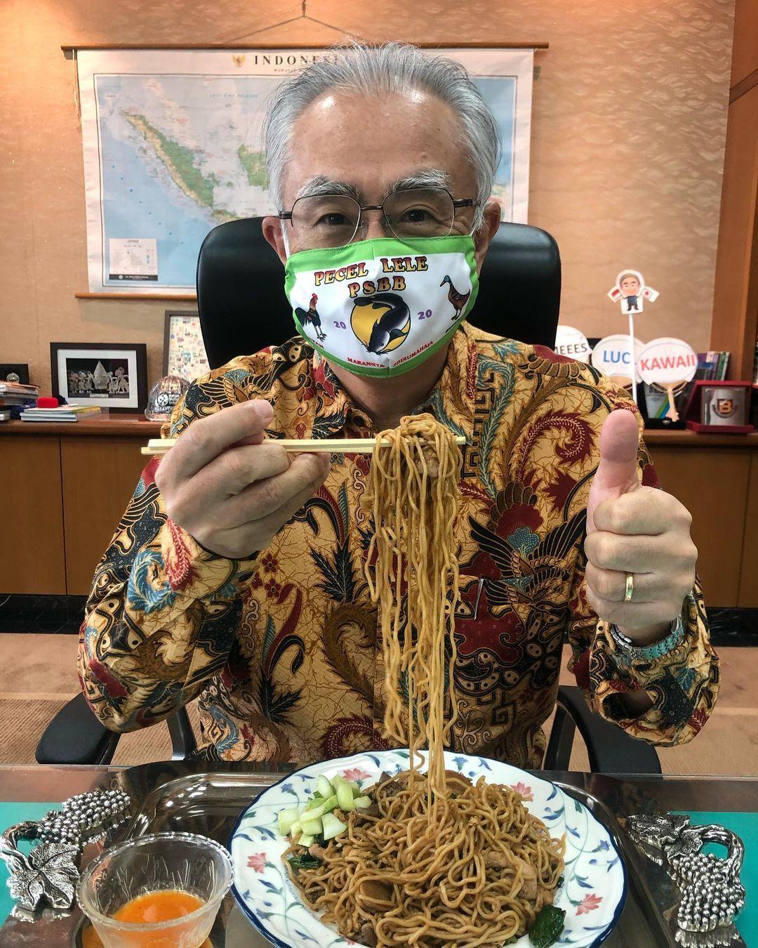 Keren! Dubes Jepang Pakai Masker Gambar Spanduk Pecel Lele