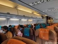 Jaga jarak juga dilakukan di dalam pesawat di mana dilakukan pengosongan kursi tengah. Selain itu, penumpang juga diwajibkan untuk memakai masker selama penerbangan.