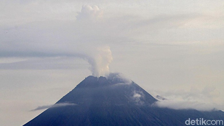 Gunung Merapi mengeluarkan asap sulfatara terlihat jelas dari kota Yogyakarta, Jumat (27/11/2020). Berdasarkan pantauan aktivitas kegempaan Merapi tercatat sejak pukul 00.00 - 06.00 tercatat gempa guguran sebanyak 15 kali, gempa hembusan sebanyak 22 kali, gempa fase banyak 109 kali dan gempa vulkanik dangkal sebanyak 6 kali.  Kepala Kepala BPPTKG Hanik Humaida menyampaikan kepulan asap di Merapi merupakan hal yang sangat wajar.  Balai Penyelidikan dan Pengembangan Teknologi Kebencanaan Geologi (BPPTKG) menyebut Emisi asap gunung api merupakan hal yang sangat wajar, kebetulan cuaca cerah sehingga bisa terlihat dari kota Yogyakarta  Asap kawah teramati berwarna putih dengan intensitas tebal.