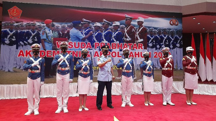 Panglima TNI Marsekal Hadi Tjahjanto memimpin prosesi wisuda 923 Prajurit Bhayangkara Taruna. di Mabes TNI, Jakarta, Jumat (27/11/2020).