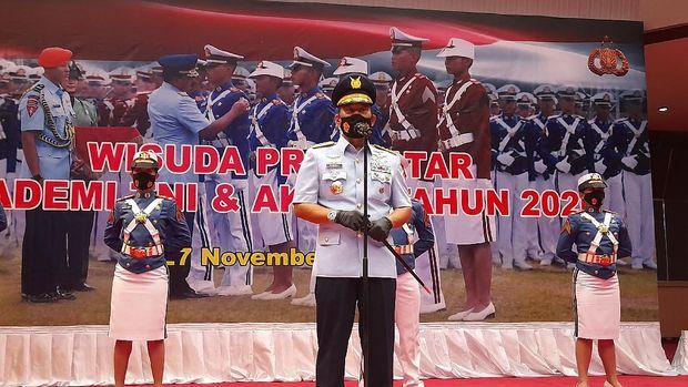 Panglima TNI Marsekal Hadi Tjahjanto memimpin prosesi wisuda 923 Prajurit Bhayangkara Taruna, Mabes TNI, Jakarta, Jumat (27/11/2020).