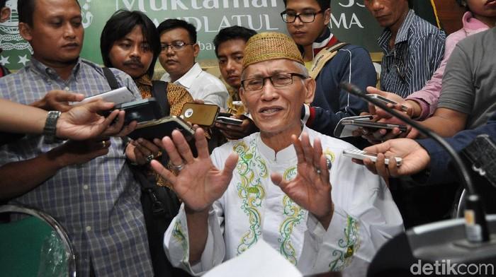 Perwakilan Alim Ulama KH. Miftachul Akhyar menjawab pertanyaan wartawan usai melakukan musyawarah tentang sistem pemilihan kepemimpinan Nahdlatul Ulama dalam Muktamar ke-33 NU di Kantor PWNU Jawa Timur, Surabaya, Jawa Timur, Kamis (30/7). Musyawarah sistem pemilihan kepemimpinan Nahdlatul Ulama tersebut dihadiri oleh 22 pimpinan pesantren dan Alim Ulama se Jawa Timur. ANTARA FOTO/Herman Dewantoro/Zk/ss/foc/15. Photographer :