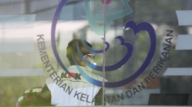 Penyidik Komisi Pemberantasan Korupsi (KPK) memasuki mobil usai melakukan penggeledahan di Kantor Mina Bahari IV Kementerian Kelautan dan Perikanan (KKP) di Jakarta, Jumat (27/11/2020). KPK melakukan penggeledahan usai ditangkapnya mantan Menteri Kelautan dan Perikanan Edhy Prabowo bersama enam tersangka lainnya dalam kasus dugaan suap terkait perizinan tambak, usaha, dan atau pengelolaan perikanan atau komoditas perairan sejenis lainnya tahun 2020. ANTARA FOTO/M Risyal Hidayat/aww.