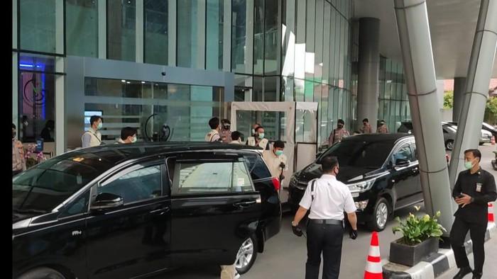 Penyidik KPK hendak meninggalkan Gedung KKP, Jakarta, Jumat (27/11/2020).
