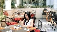 Pose Seksi Mareta Angel saat Makan di Restoran Mewah