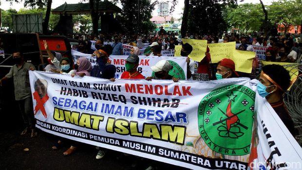 Massa demontrasi di depan gedung DPRD Sumut. Mereka menolak kedatangan Habib Rizieq Syihab ke Kota Medan. (Datuk Haris/detikcom)