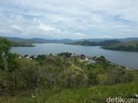 Dengan latar belakang Danau Sentani, situs ini sangat instagrammable. (Hari Suroto/Istimewa)