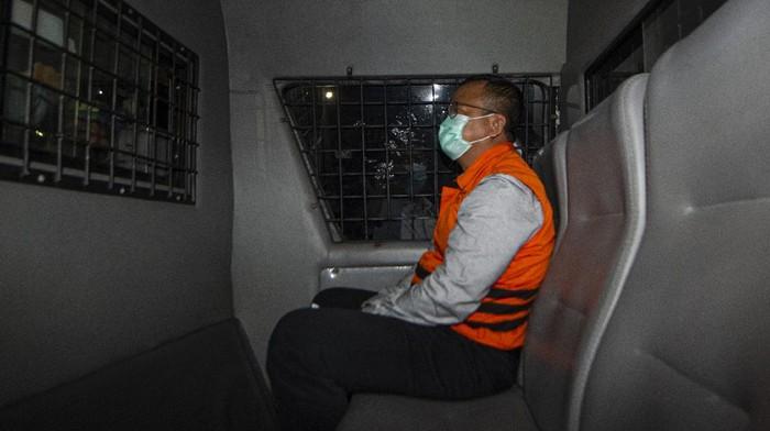 Menteri Kelautan dan Perikanan Edhy Prabowo berada di dalam mobil tahanan usai menjalani pemeriksaan terkait kasus dugaan korupsi ekspor benih lobster di Gedung KPK, Jakarta, Kamis (26/11/2020) dini hari. KPK menetapkan tujuh tersangka dalam kasus dugaan korupsi tersebut, salah satunya yakni Menteri Kelautan dan Perikanan Edhy Prabowo.  ANTARA FOTO/Aditya Pradana Putra/pras.