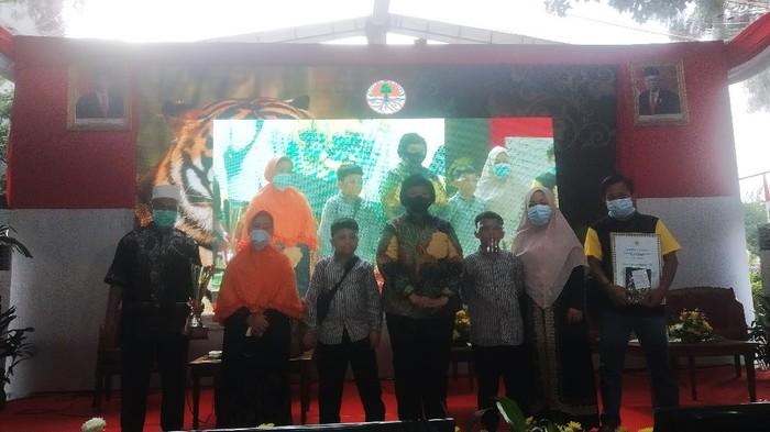 Menteri LHK Siti Nurbaya Beri Beasiswa ke Anak Jurnalis Haidir Tanjung