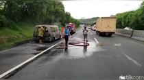 Diduga Konsleting, Sebuah Minibus Terbakar di Tol Cipularang