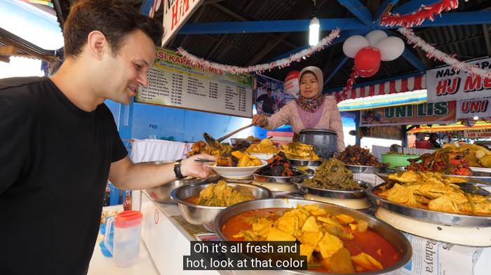 Orang Asing Cicip Nasi Kapau