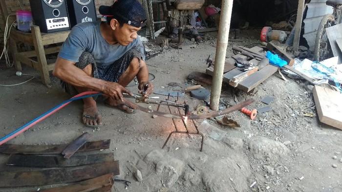 Perajin logam di Desa Hadipolo Kecamatan Jekulo, Kudus, Jawa Tengah
