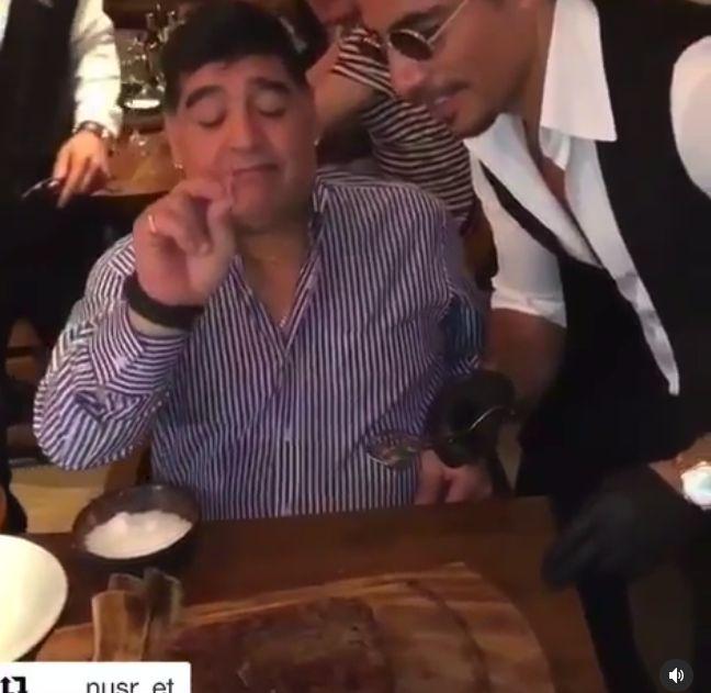 Salt Bae Abadikan Meja Favorit Maradona di Restonya sebagai Penghormatan