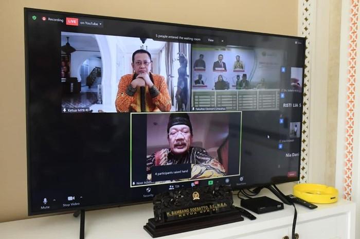 Seminar Nasional Restrukturisasi Keuangan dan Bisnis dalam Menghadapi Krisis Ekonomi yang diselenggarakan Fakultas Ekonomi Universitas Wahid Hasyim (UNWAHAS) Semarang, secara virtual.