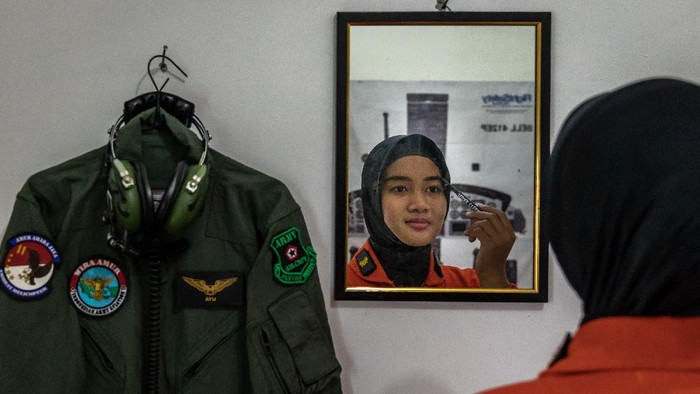 Letda Cpn (K) Ayu (kanan) berlatih menembak bersama prajurit pria Skadron-11/Serbu Puspenerbad di Lapangan Tembak Pusdikpenerbad Puspenerbad, Semarang, Jawa Tengah. Selain piawai menerbangkan helikopter, sebagai prajurit, Ayu juga mahir menggunakan berbagai jenis senjata api dalam standar operasi militer TNI AD.