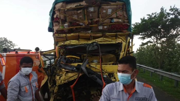 Truk Pengangkut Cabai Tabrak Fuso Di Tol Cipali Subang 2 Orang Tewas