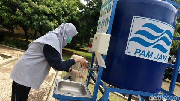 Protokol kesehatan diterapkan secara ketat di taman tersebut. Pengunjung wajib cuci tangan dan memakai masker.
