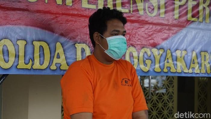 Tersangka pelaku perampokan yang menewaskan pria di Jalan Gunungkidul. Pria berinisial DL ini dihadirkan dalam rilis di Mapolda DIY, Jumat (27/11/2020).