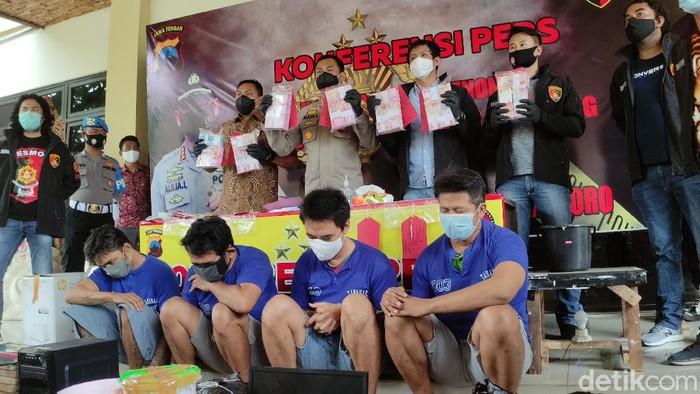 Tersangka pencetak dan pengedar uang palsu modus setor tunai ATM di Semarang ditangkap polisi. Para tersangka saat dihadirkan dalam jumpa pers di Mapolrestabes Semarang, Jumat (27/11/2020).