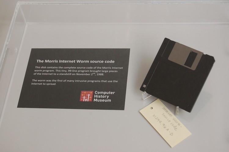 The Morris Worm. Pelopor worm komputer yang didistribusikan melalui internet. Dalam 24 jam sejak dirilis pada 2 November 1988 diperkirakan 10% komputer yang terhubung ke internet terpengaruh.