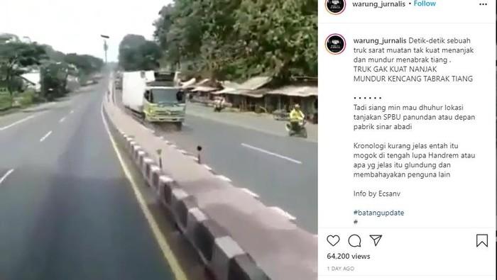 Truk mundur hingga menghantam lampu jalan