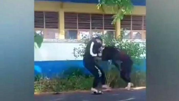 Video viral 2 remaja putri duel di Sulawesi Selatan.