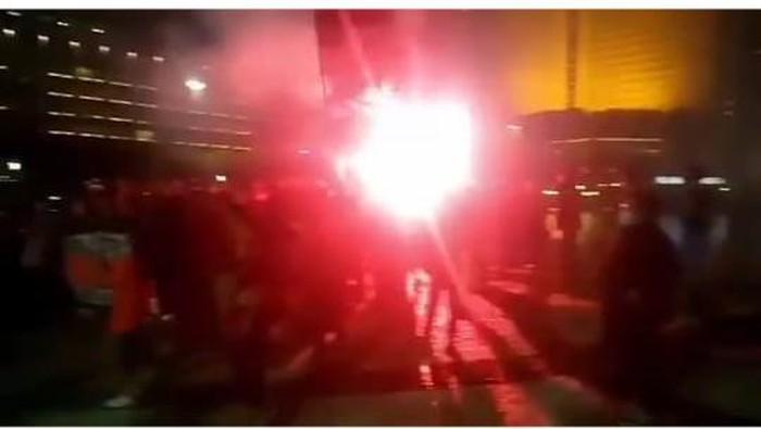 Aksi suporter di Bundaran HI menyalakan flare dini hari tadi.