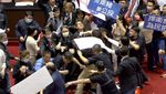 Anggota DPR Taiwan Lempar Usus dan Jeroan Babi Saat Rapat