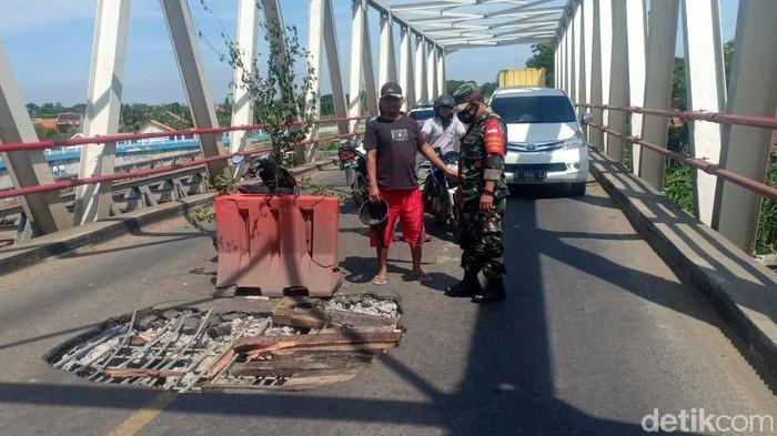 Lantai jembatan Poncol, jalur utama Pejagan-Purwokerto, di Desa Kedungbokor, Larangan, Brebes, Jateng, ambrol dan berlubang. Begini kondisinya.