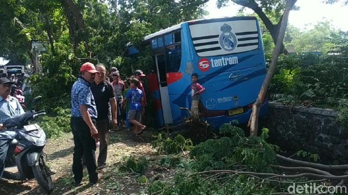 Bus Oleng Masuk Parit Hindari Pesepeda, 1 Orang Tewas
