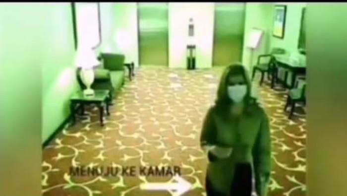Detik-detik selebgram MA masuk kamar hotel sebelum digerebek prostitusi.